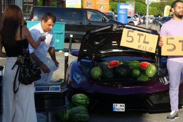 Необична атракција во Истанбул: Иранец продавал лубеници од багажникот на неговото виолетово Ламборџини