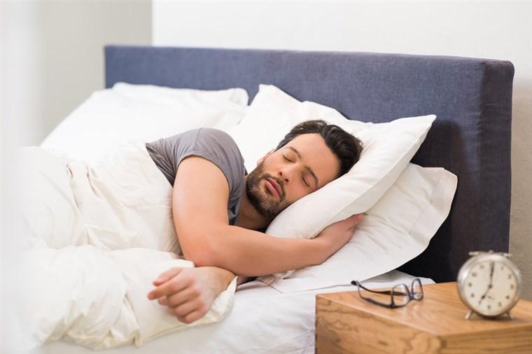Во што спие вашиот маж? Тоа многу говори за неговиот карактер!