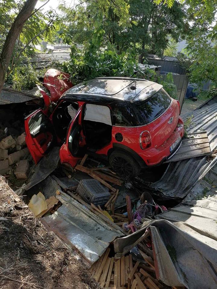 """ТРАГЕДИЈА: Скопјанец загина во сообраќајна несреќа во Гевгелија , со """"Мини морис"""" се забил во гаражи (ФОТО)"""