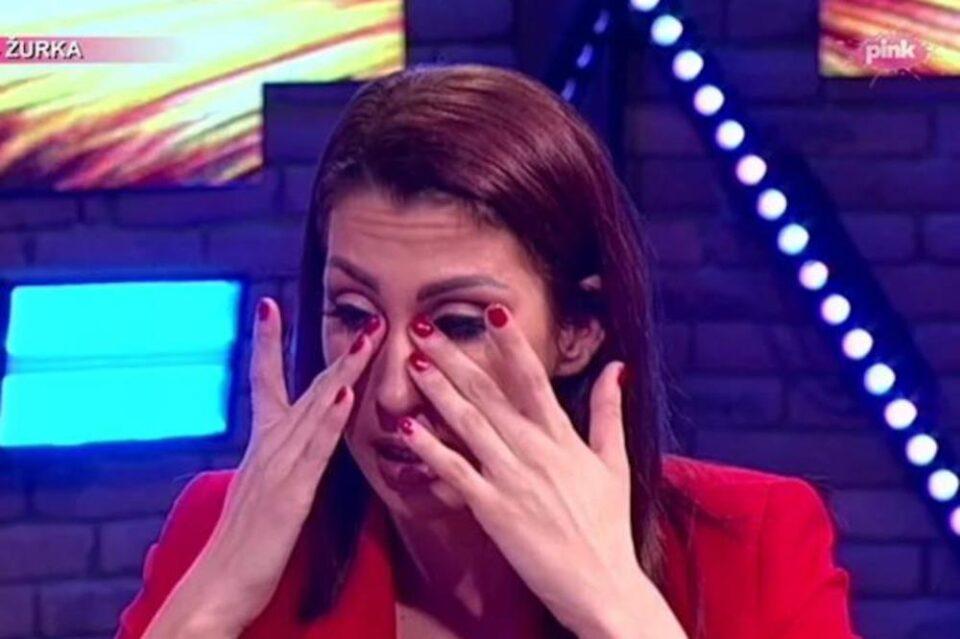 Српската пејачка доживува пекол- поранешното момче откри снимка како орално го задоволувала, сопругот и синот веќе посрамотени