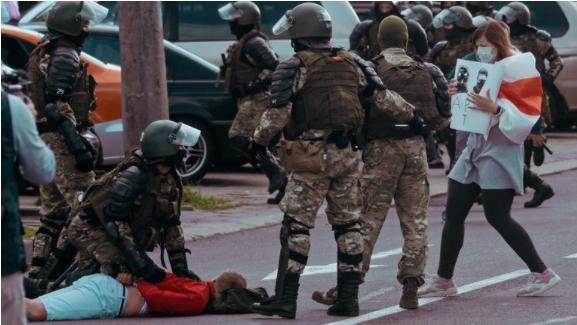 УНЕСКО: Драматично зголемено насилството врз новинарите на протестите низ светот