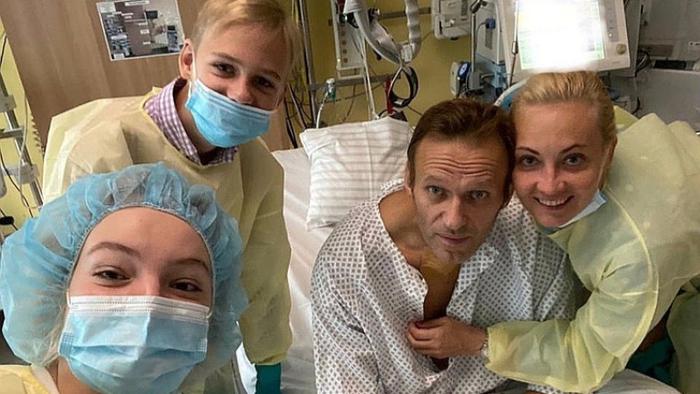 Навални објави фотографија од болница: Дишам самостојно