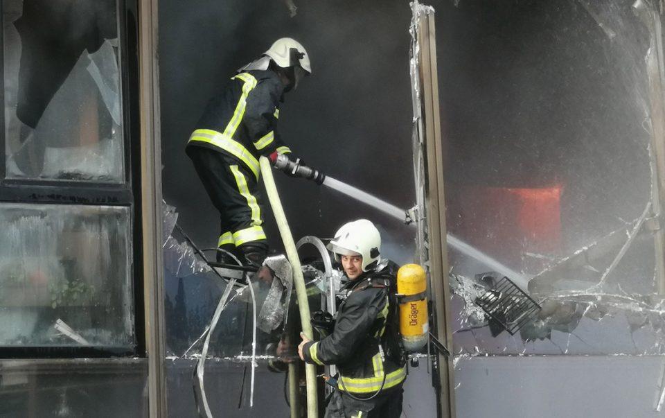 Нема повредени во пожарот во зградата на СЕП и МИА, изгорени канцеларии од првиот кат
