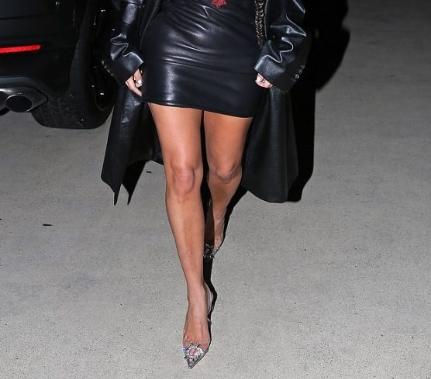 Ким Кардашијан има шест прсти на левото стапало? (ФОТО)