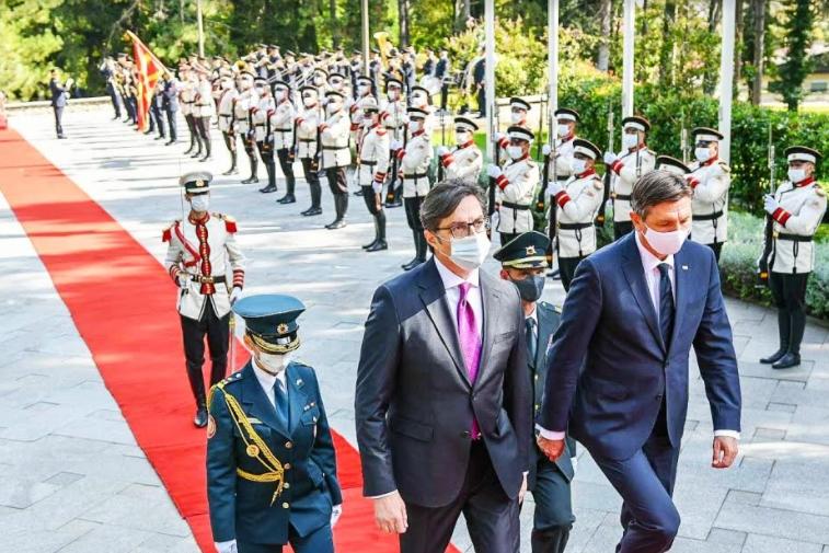 """Пахор пречекан во вила """"Водно"""" со највисоки државни и воени почести"""