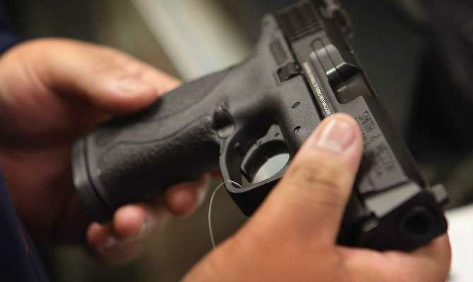 Полицаец си пукал во нога додека го чистел пиштолот