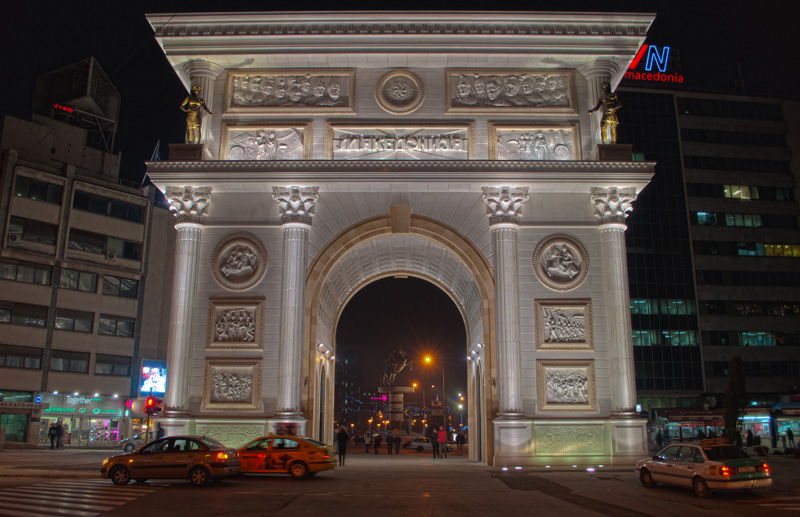 Владата бара да се отстранат Порта Македонија и споменикот на Мајка Тереза
