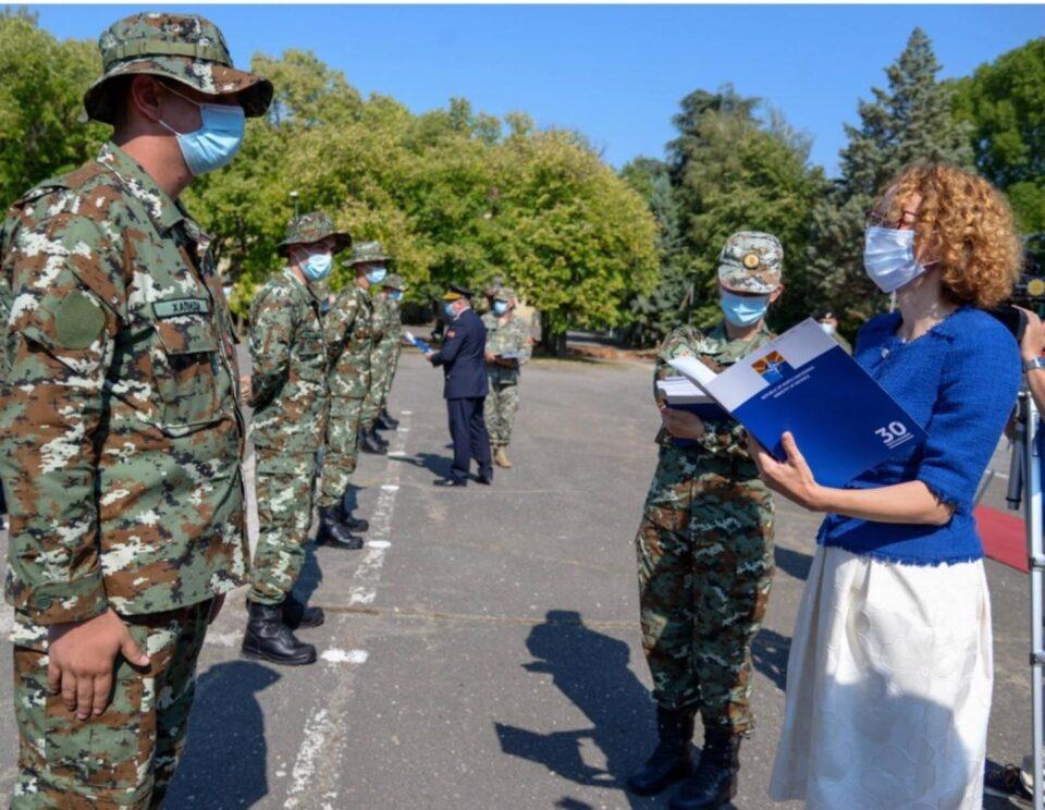 """""""Нов скандал во Министерство за обрана: Шеќеринска незаконски подели чинови на штотуку примени војници"""""""
