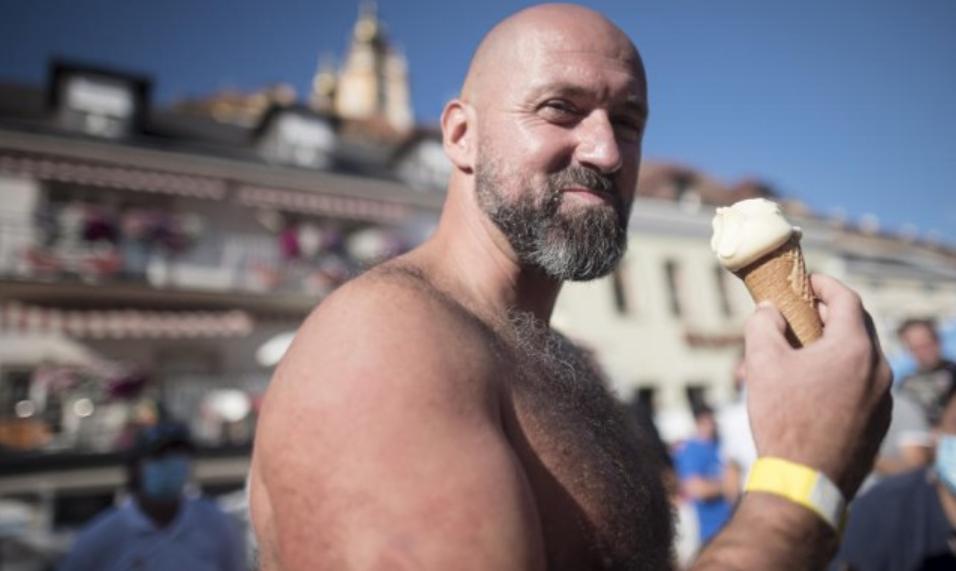 Издржал во кутија со мраз 2,5 часа, и постави нов светски рекорд (ВИДЕО)