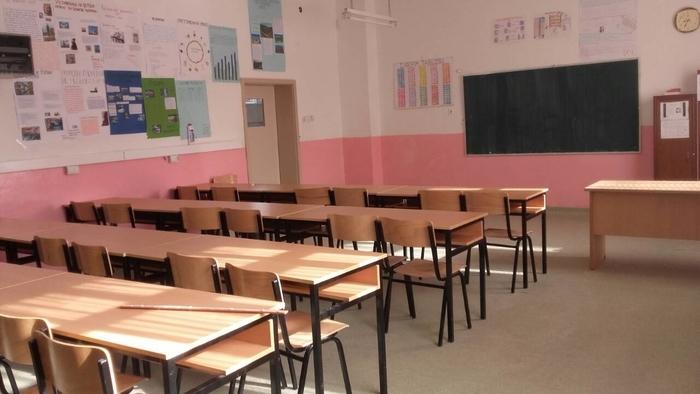 Заевизам: Директор на училиште си ја вработил сопругата за наставничка, народот масовно се иселува
