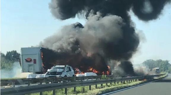Карамбол на автопат во Хрватска, горат камиони, двајца загинати (ВИДЕО)