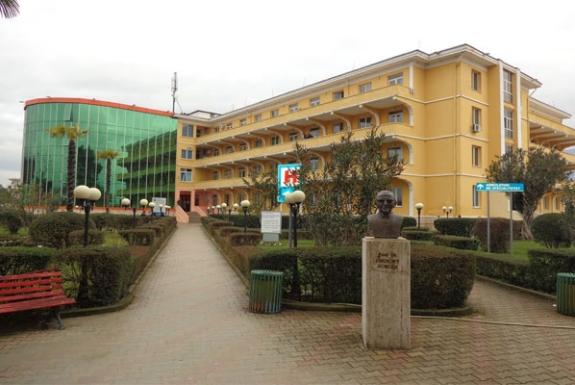 Заразен со коронавирус се фрлил од болница во Тирана
