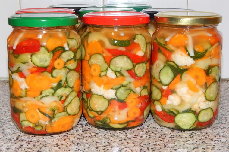 Шарена туршија: Највкусната зимска салата полна со здравје и витамини!