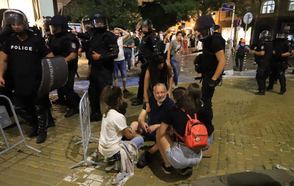 БУГАРИЈА НА НОЗЕ ПРОТИВ ВЛАСТА: Над 120 приведени и 100 повредени полицајци на протестите во Софија