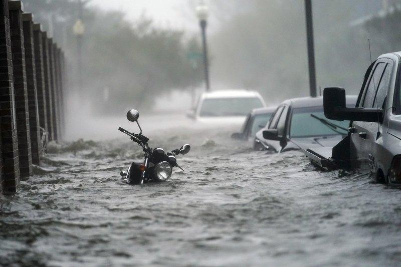 ФОТО: Ураганот Сали предизвика катастрофални поплави во јужниот дел на САД