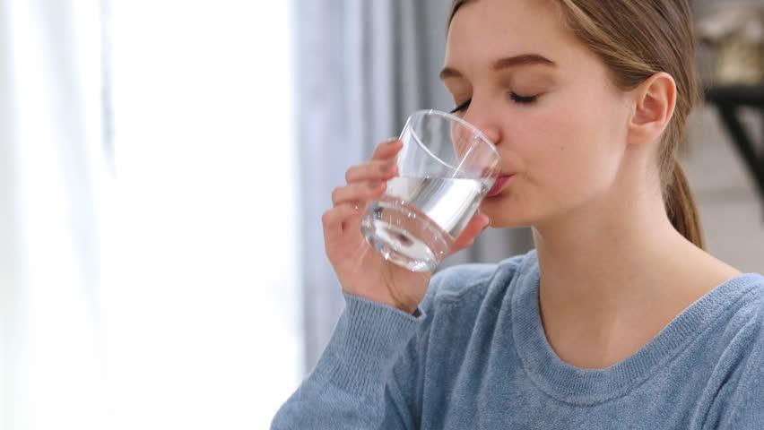 Никогаш поедноставна формула за пресметување колку чаши вода ви се потребни дневно: Пресметајте веднаш!