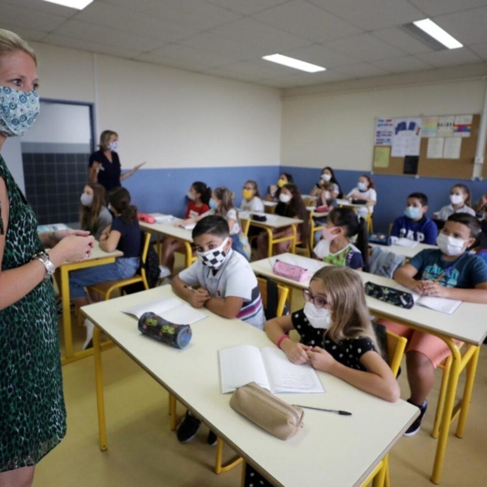 Со училишни торби на грб и маски на лицето, учениците во Франција веќе една недела се во училиштата