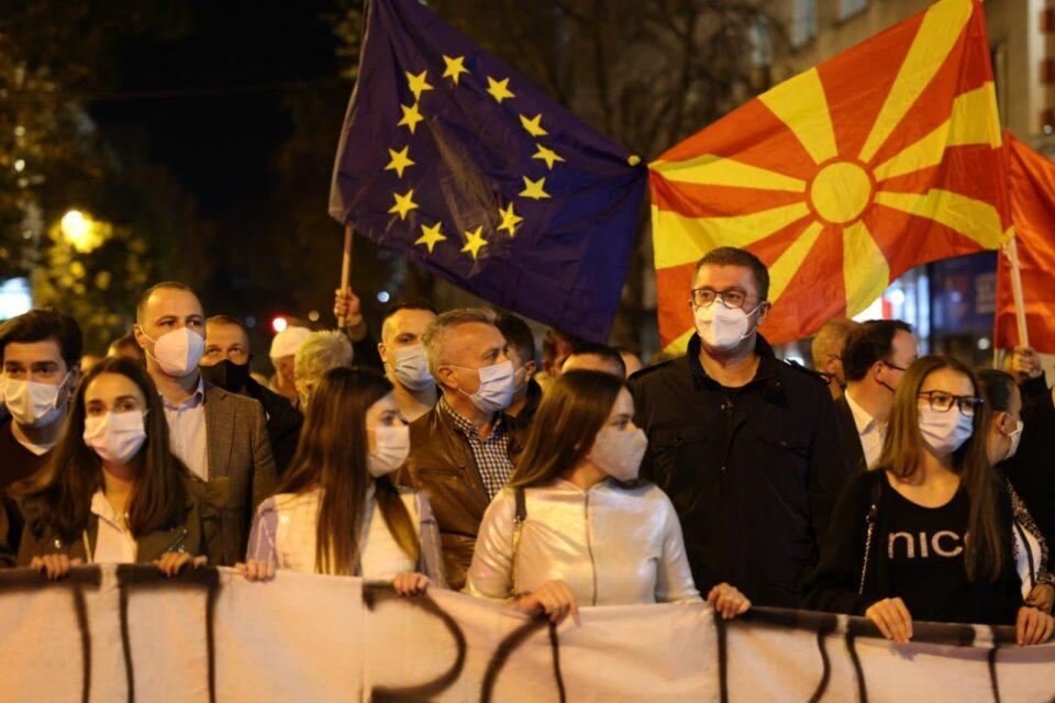 ФОТО: Народот на улица со јасна порака: Мафијата да си оди од власт