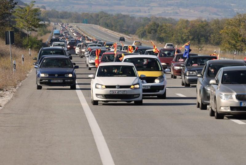 ФОТО: Протестот на ВМРО-ДПМНЕ продолжува, автомобилите се упатија кон Штип