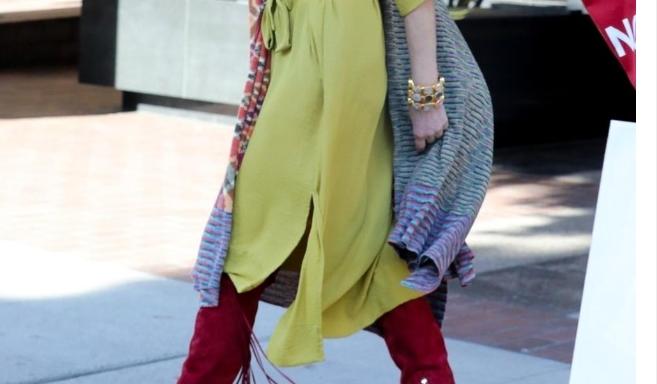 Изгледа како двојно помлада: Оваа убавица е Шерон Стоун и има 62 години (ФОТО)
