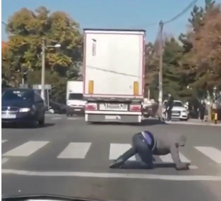 Оваа видео снимка од улиците на Белград ќе ве остави без текст (ВИДЕО)