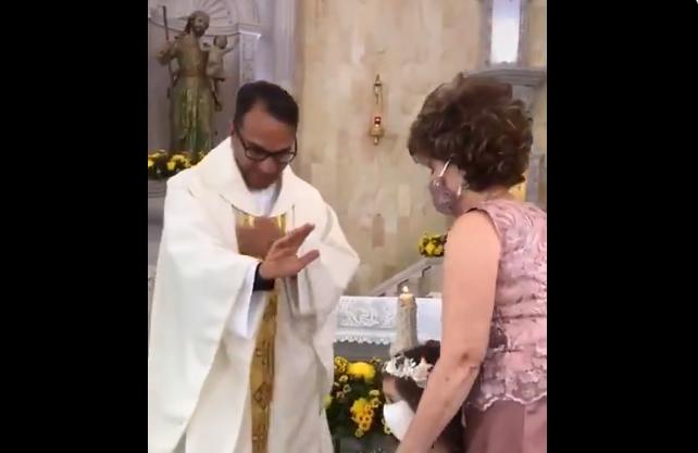 Свештеникот сакаше да ја благослови, а девојчето направи потег кој го насмеа светот (ВИДЕО)
