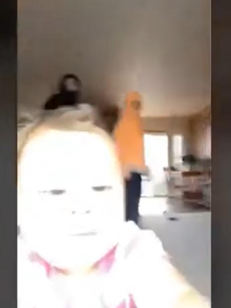 """Мало девојче со """"кражба"""" го освои интернетот: Додека домашните снимале кореографија, го земала телефонот и смеејќи се почнала да бега (ВИДЕО)"""