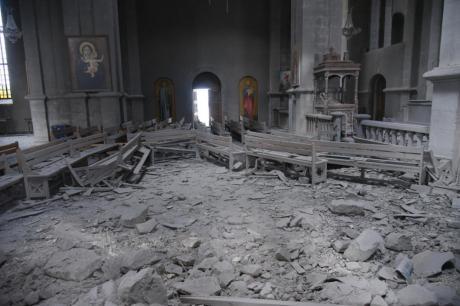 ФОТО: Само чудо го спасило – момче преживеало гранатирање на црква во Карабах, еве што држело во рацете