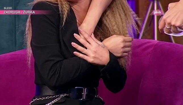 Српските пејачки си ги мереа градите: Едната на другата и ја пикна раката во деколтето па ја фаќаше страсно, мажите имаа што да видат (ВИДЕО)
