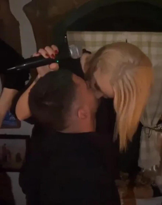 Пред преполна кафеана се бакнуваше со овој маж- поранешната на Вељко ја улови Беквалац во акција, па ја објави на Инстаграм (ФОТО)