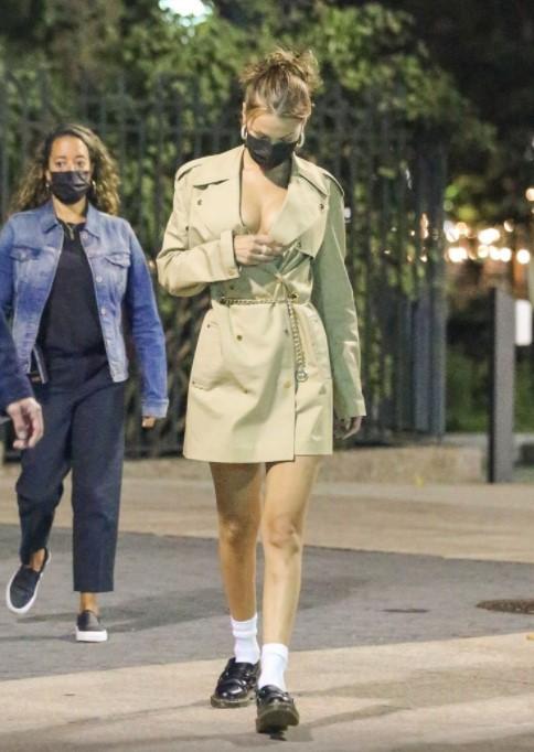 ФОТО: Манекенката во с*кси издание – личеше како ништо да не носи под мантилот, сите гледаа во нејзините гради