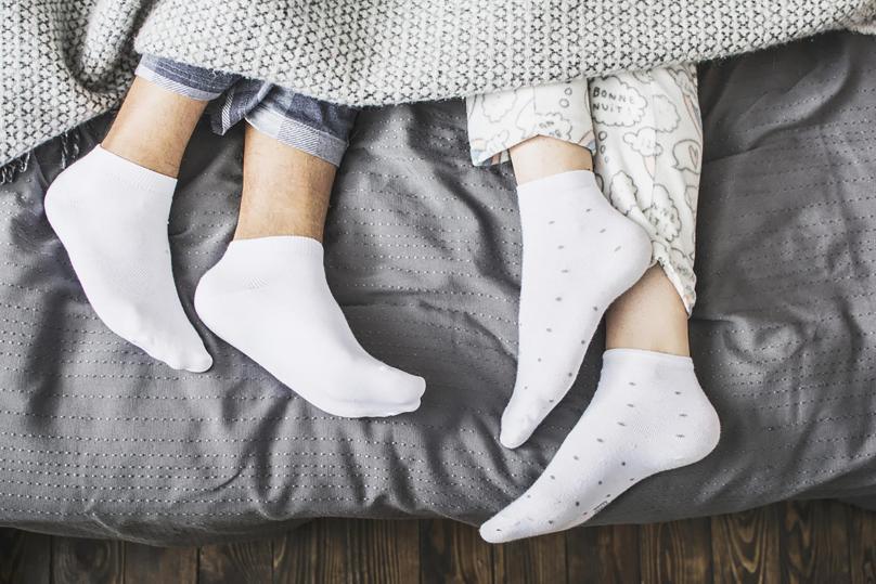 Дали е добро да спиете со чорапи?