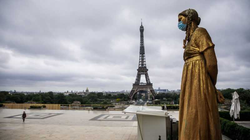ПАРИЗ ПОВТОРНО Е ГРАД НА ДУХОВИТЕ: Французите го живеат првиот викенд на вториот карантин (ФОТО)