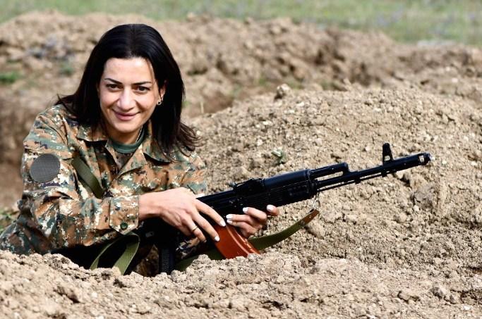 Сопругата на ерменскиот премиер посетува воена обука, ќе оди на фронт