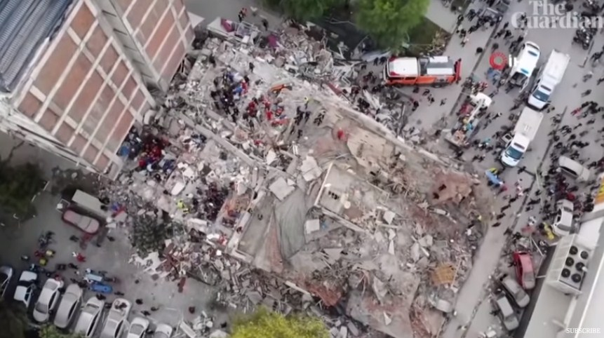 ВИДЕО: Снимките со дрон говорат за ужасниот земјотрес што ја погоди Турција – Бројот на загинати се искачи на 27 лица, а потрагата по преживеани се уште трае