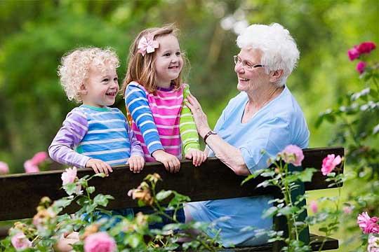 Еве зошто бабата по мајка е важна за детето: Сè што чувствува и прави се пренесува на вашето дете!