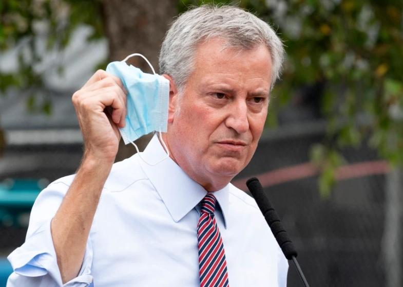 Градоначалникот на Њујорк најави враќање на построги епидемиолошки мерки