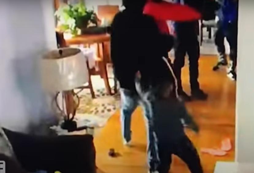 Мал херој: Дома им влегле крадци со оружје, тој ги нападна со играчките (ВИДЕО)