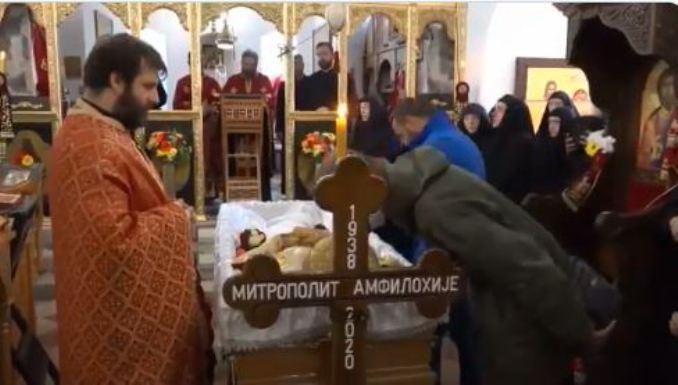 ВИДЕО: Илјадници верници го бакнуваат телото на Амфилохије кој почина од коронавирус