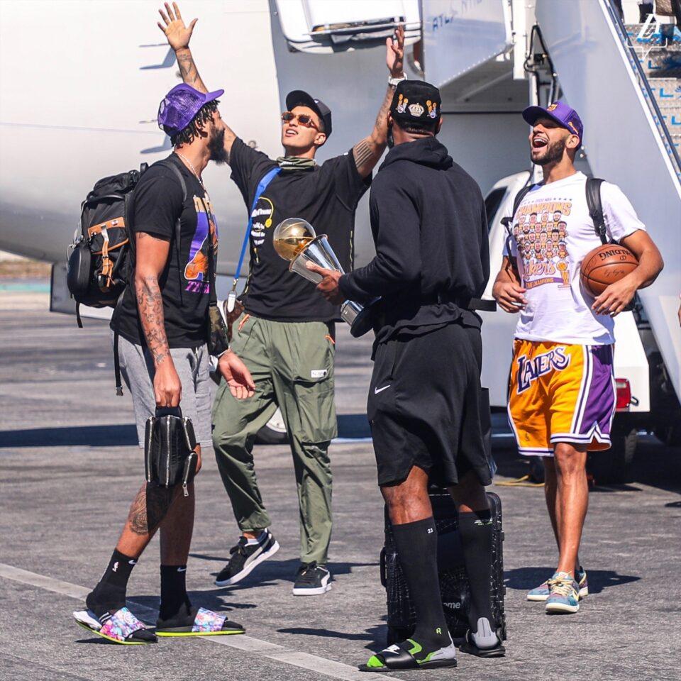 ВИДЕО: Лејкерс се вратија дома, чекаат дозвола за прослава на титулата