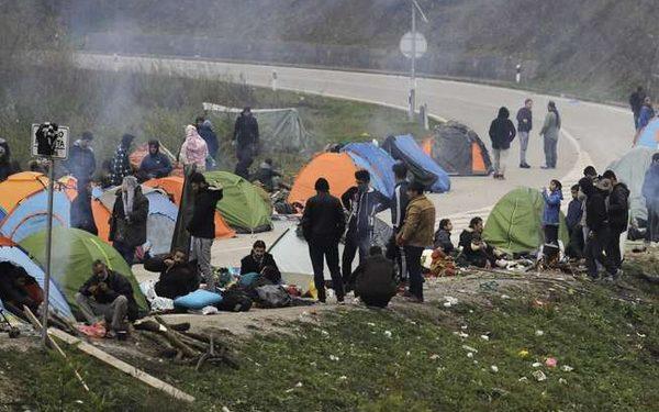 Две лица се убиени и 18 повредени во масовна тепачка на мигранти кај Бихаќ
