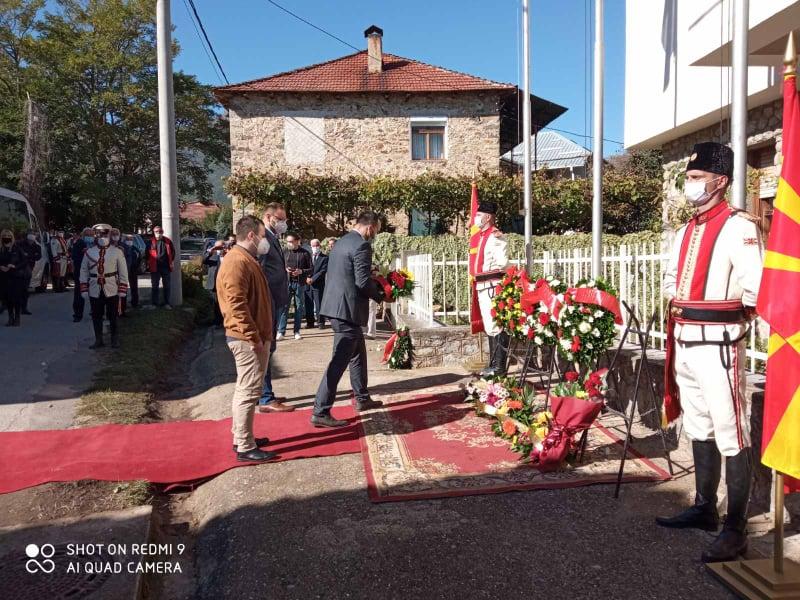 Делегација на ВМРО-ДПМНЕ ОК Велес положи свежо цвеќе пред куќата на Петар Поп Арсов