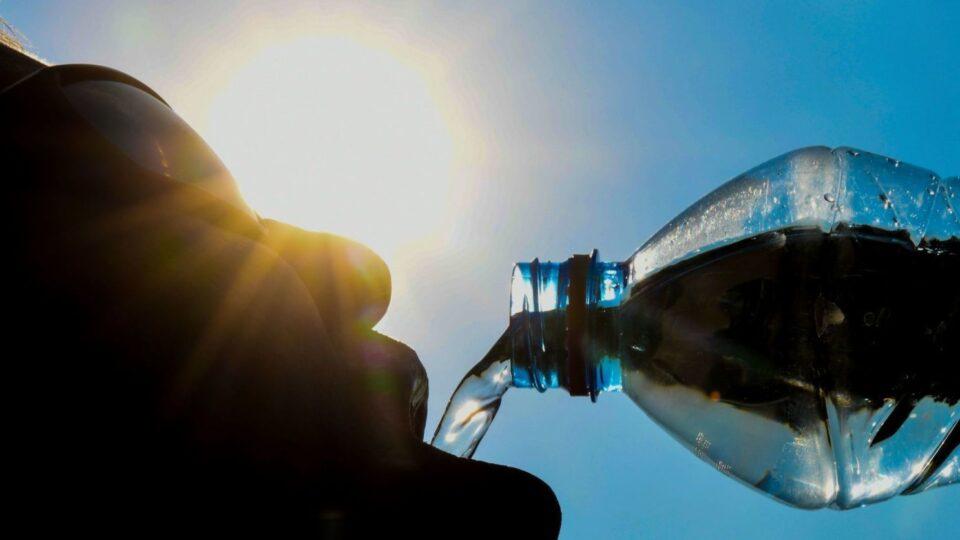 Престанете да пиете вода од стари пластични шишиња, еве зошто е штетно тоа