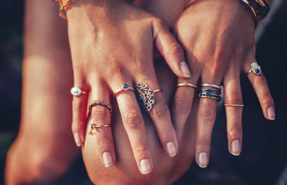 Дознајте повеќе за себе со одговор на прашањето: На кои прсти носите прстени?