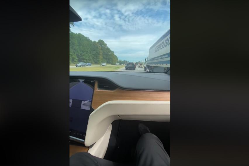 """Уште еден возач на """"Tesla"""" си ја предизвикал судбината: Седнал на совозачкото место и му го препуштил воланот на компјутерот"""
