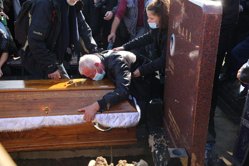 Му беше како роден брат: Српскиот пејач едвај го пушти ковчегот на легендарниот пејач да го спуштат во гробот (ФОТО)