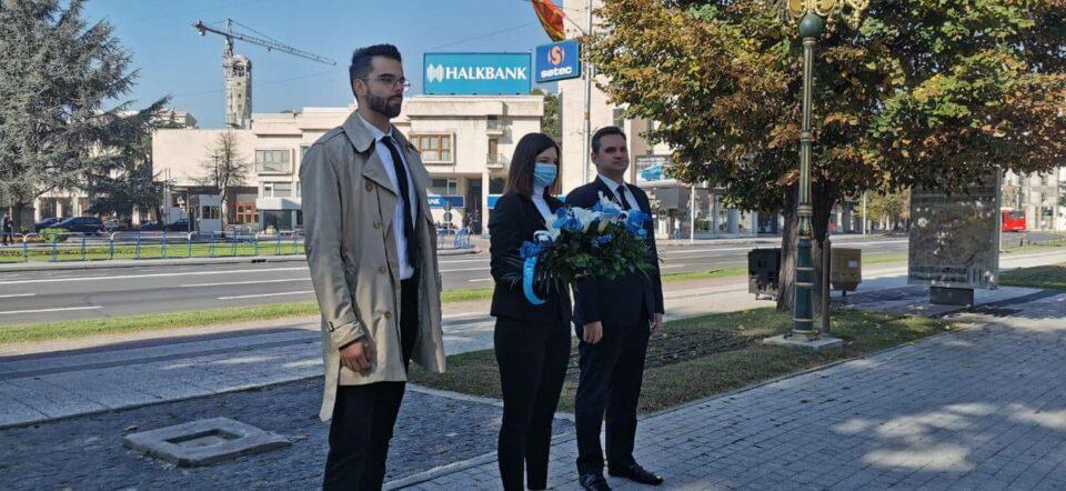 """Претставници на институтот """"Сариса"""" положија свежо цвеќе пред споменикот на основачите на ВМРО"""
