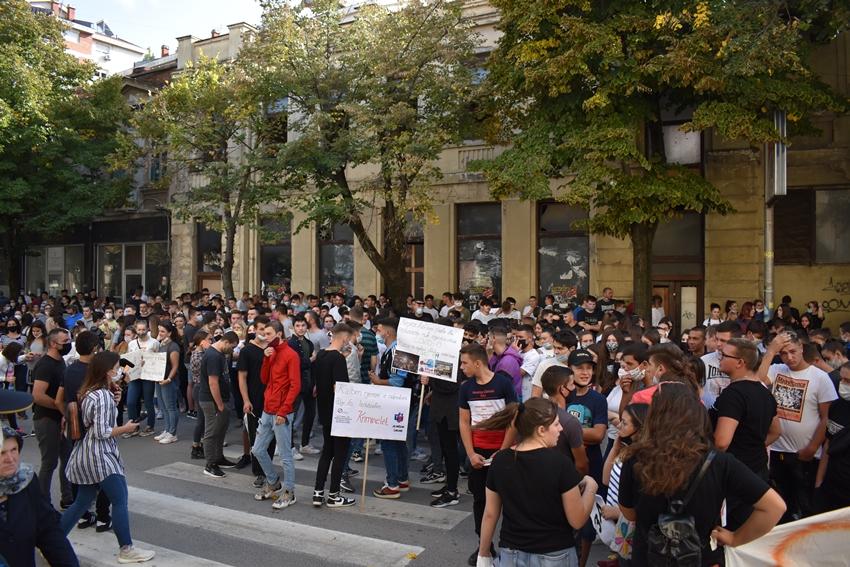 ПРОТЕСТ ВО КУМАНОВО: Македонци и Албанци заедно протестираа против онлајн-наставата