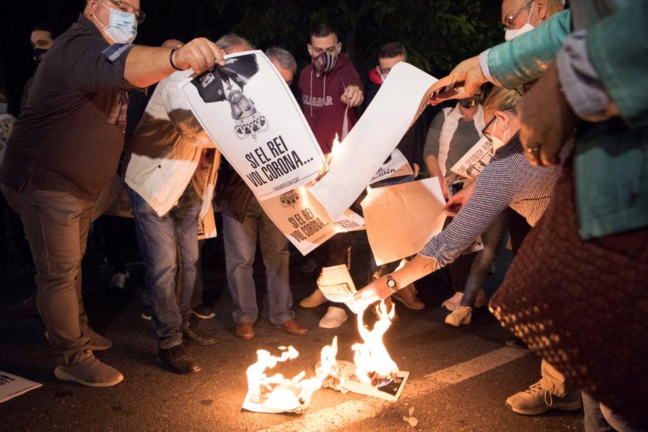 Каталонските сепаратисти протестираат на улиците на Барселона против посетата на шпанскиот крал и премиерот