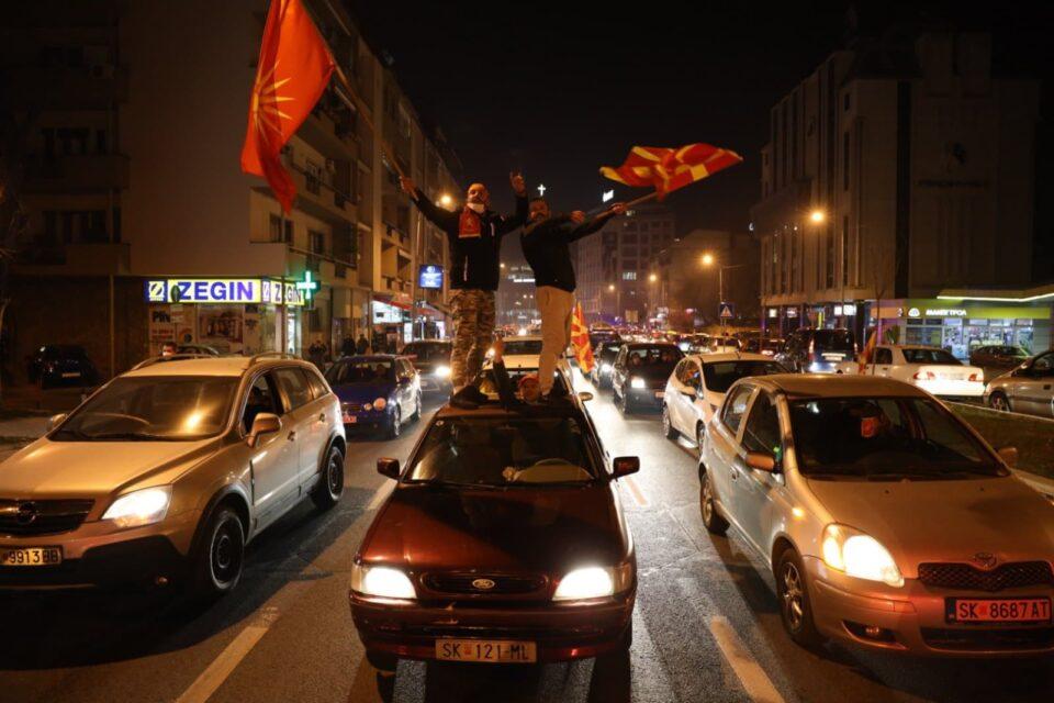 """ФОТО: """"Врие"""" пред влада, се бара оставка од Заев"""